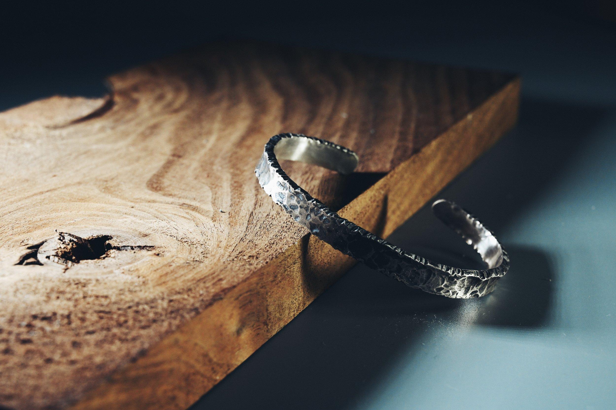 3hrs 金工體驗班Jewelry Making Experience - 適合新手/自稱手殘者這是專為想輕鬆體驗首飾製作(傳統金工)而設計的課程,參加者還可親身嘗試專業焊接的有趣過程~可造類別:戒指 / 手鐲 / 耳環 / 吊咀 / 呔夾 / 袖口鈕 / 錢夾成品即日拎走