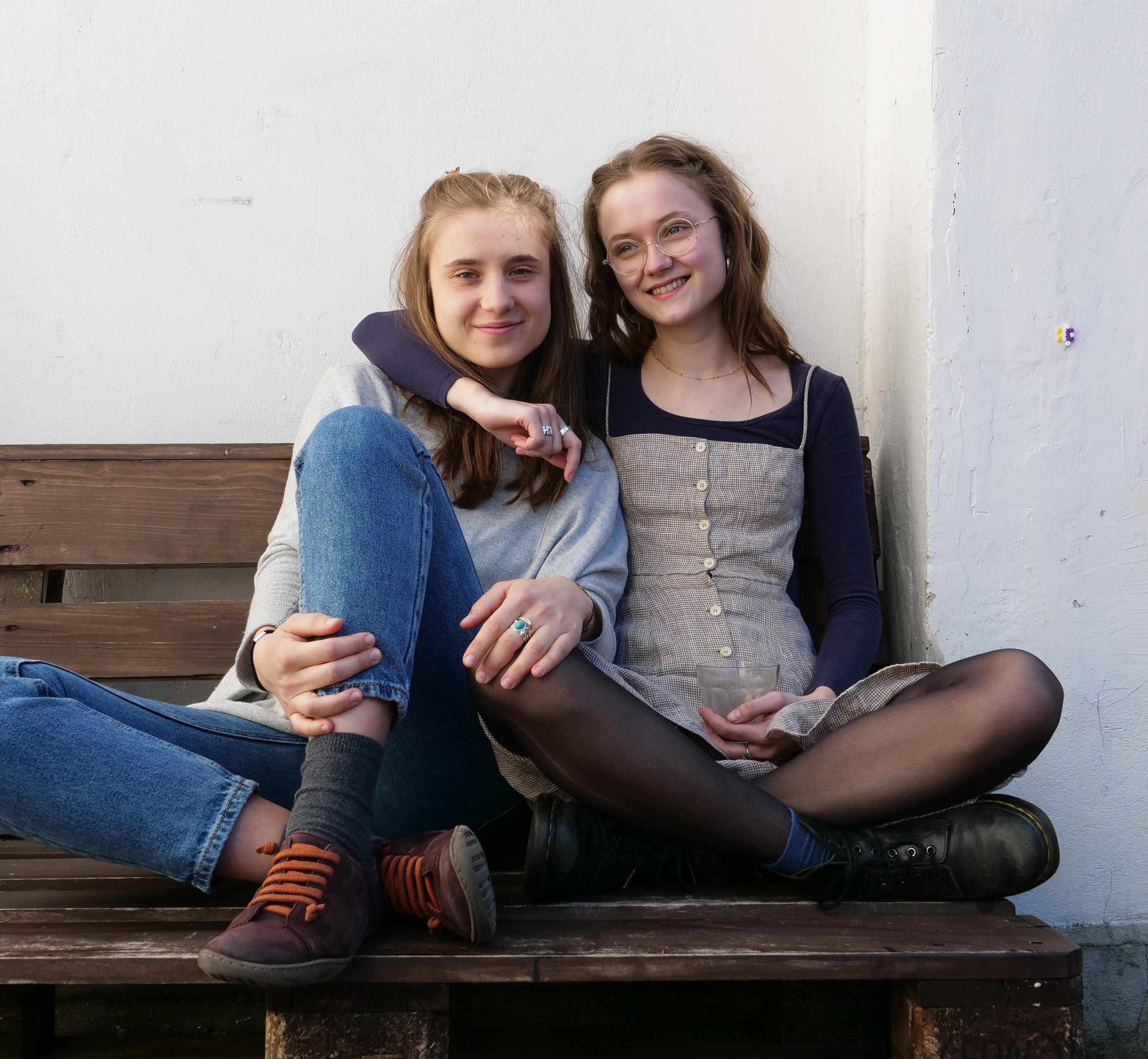 Emilia og Ellen i Trampolinhusets have. Foto: Viktoria Steinhart.