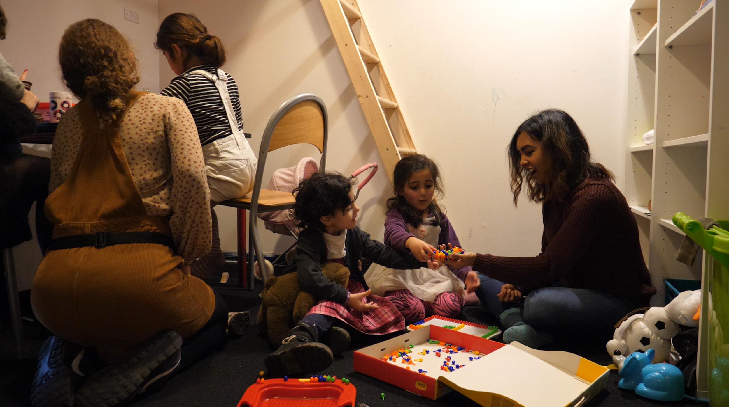 Børnefamilierne fra udrejsecenter Sjælsmark kommer hver uge i Trampolinhusets børneklub.png