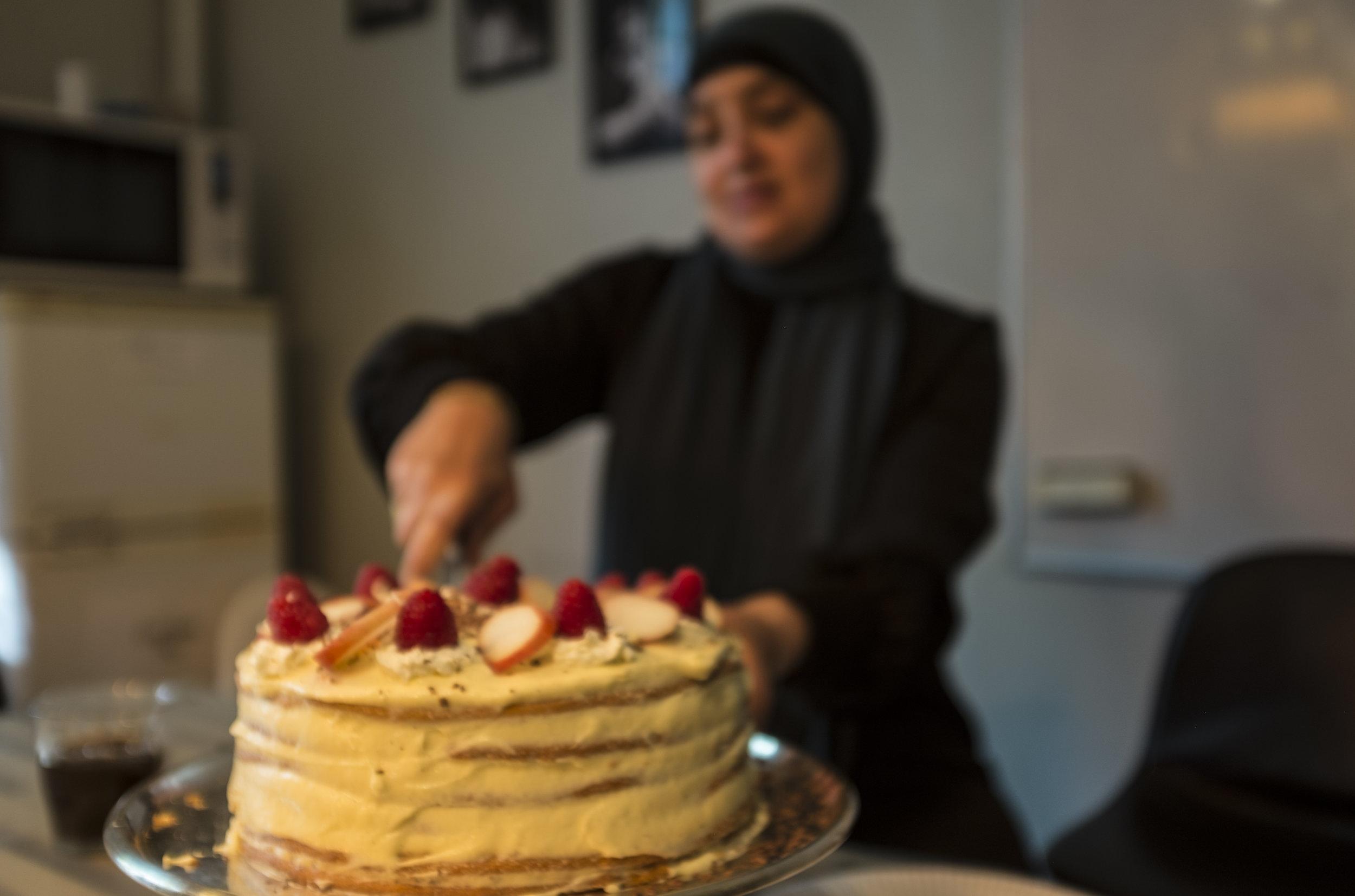 Najat, som altid har elsket at bage, har bagt en lagkage i forbindelse med sin praktik i Trampolinhuset. Foto: Sofia Stærmose Hardt.