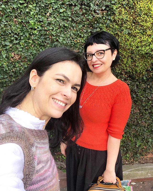 Look do dia das amigas tricoteiras: blusas feitas à mão, agulhas na bolsa e aquele sorrisão! ❤️ . . . Eu visto blusa Gio receita da @sweetbreezeknits (à venda na loja!😉) e a Fran veste blusa Gio receita da @paulapkl . . . .  Perfect knitters outfit: handmade blouses, needles inside the bag and a BIG smile! I wear Gio top, pattern designed by @sweetbreezeknits. My friend Francine wears Mio sweater, pattern designed by @paulapkl . #nacasadavivi #knittersgonnaknit #knittersofinstagram #tricoteiras #trico