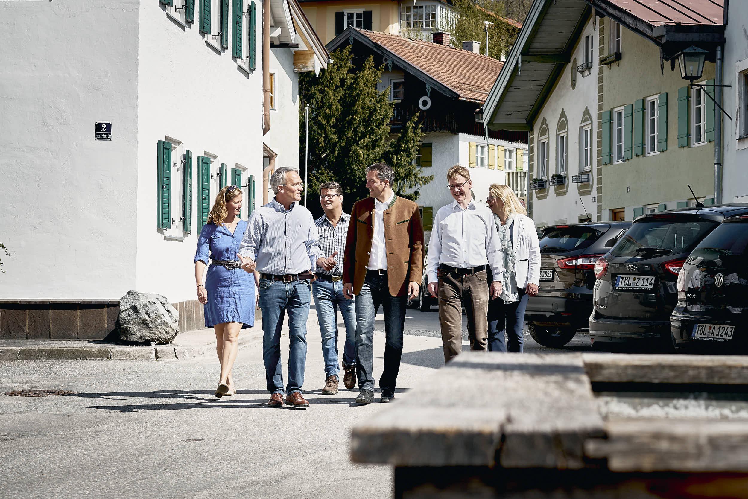 Ingo Mehner im Gespräch mit Stadträten und Interessierten.