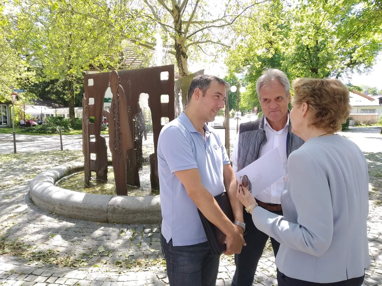 Ingo Mehner im Gespräch mit Wolfgang Armbruster und einer Anwohnerin der Ludwigstr.