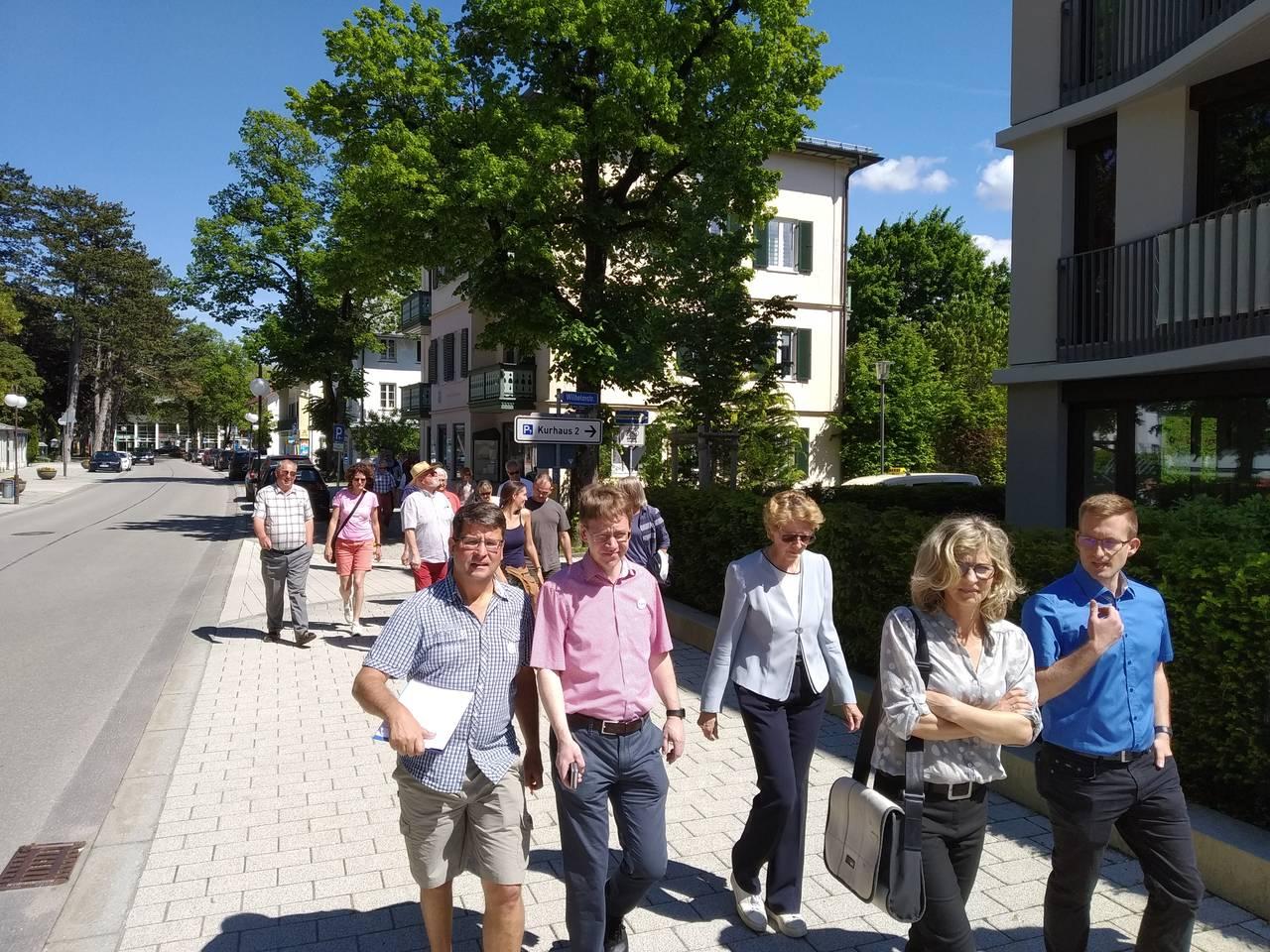 Karsten Bauer, Rene Mühlberger und Bewohner des Badeteils auf dem Weg zum Vichyplatz