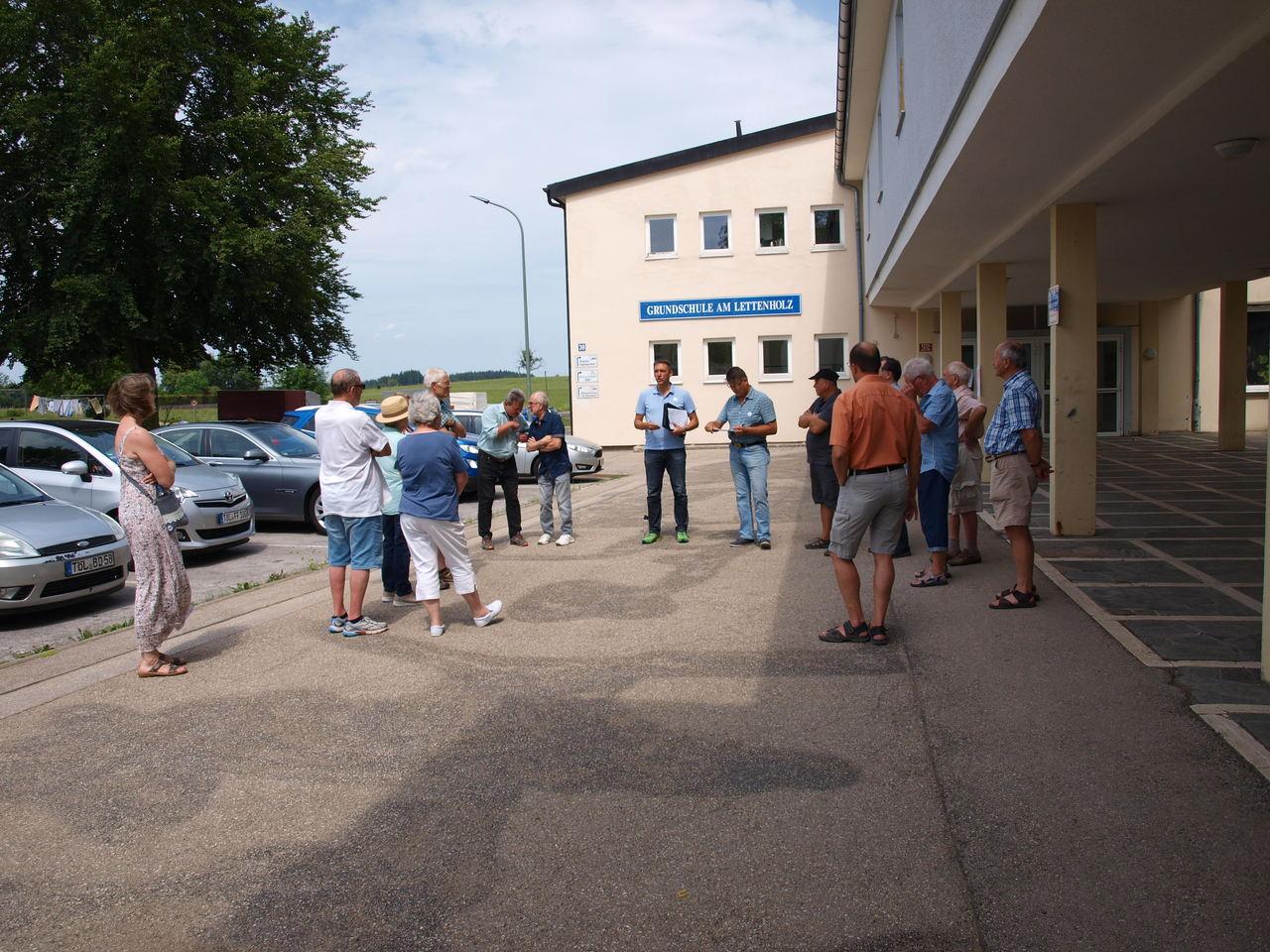 Vor der Grundschule am Lettenholz, wo das Stadtgespräch beginnt bei ca. 32° beginnt.