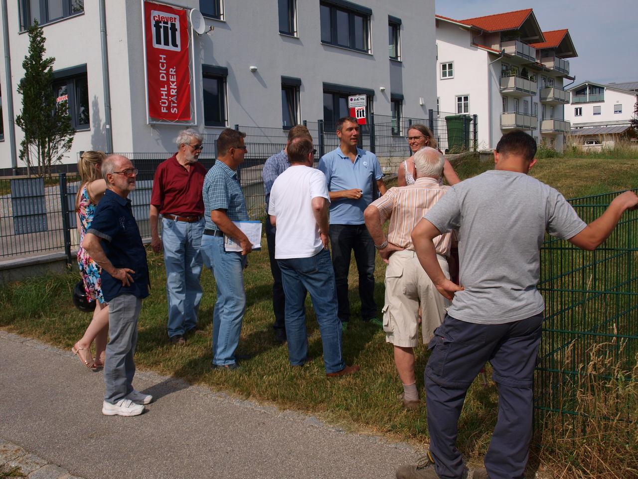 Über den Spielplatz an der Albert-Schäffenacker-Str. wurde auch mit Cornelia Krahe diskutiert.