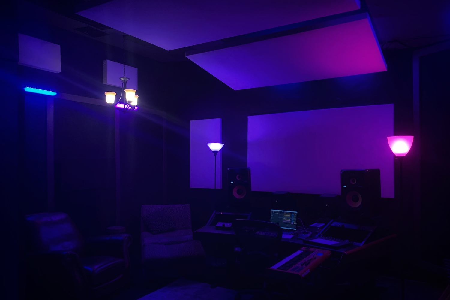 The Sapphire Room - Unleash your darkest urban desires in the Sapphire room.A great mid sized production suite with dedicated vocal booth.