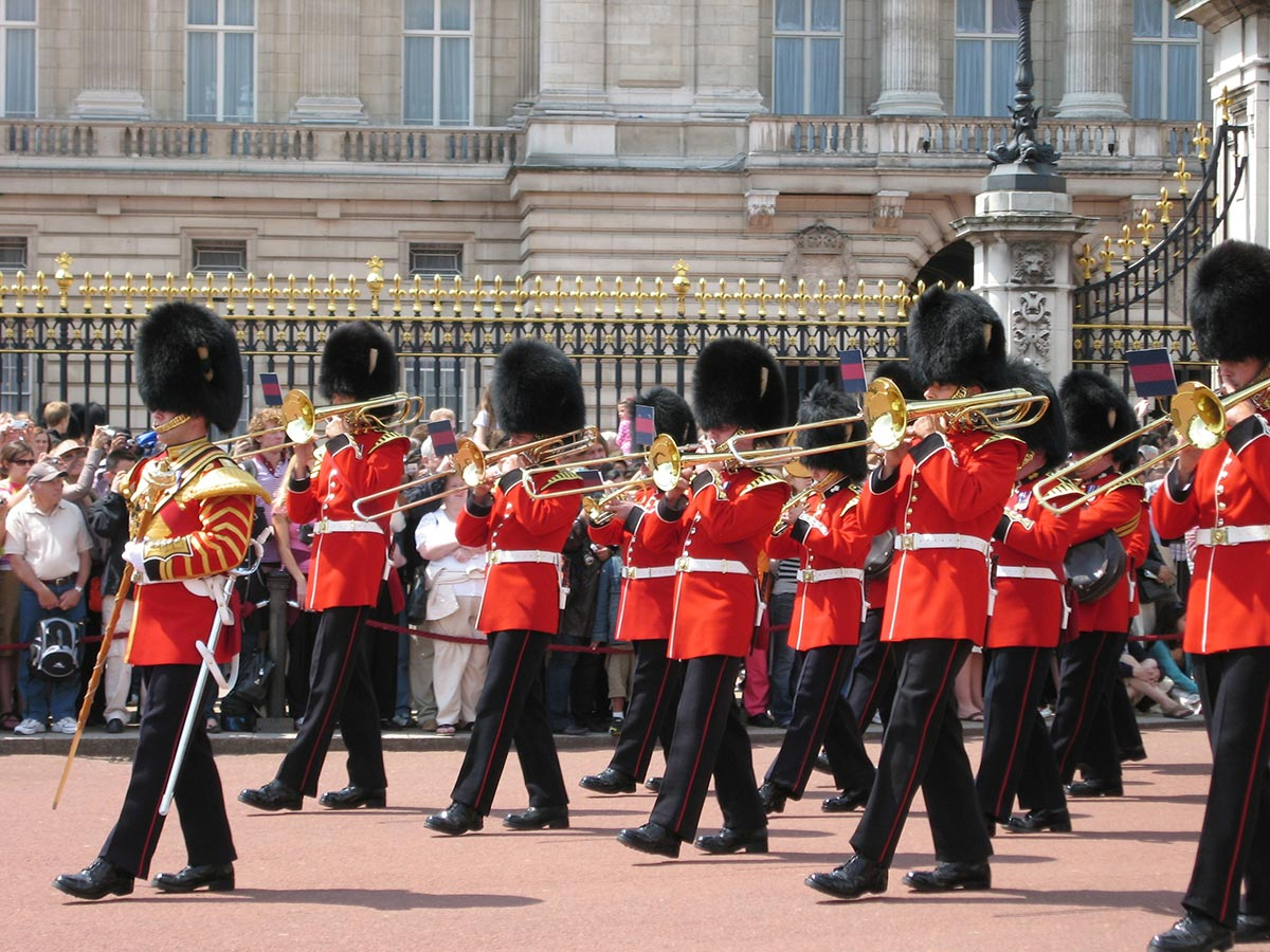 Buckingham-Palace-Guards-marching.jpg