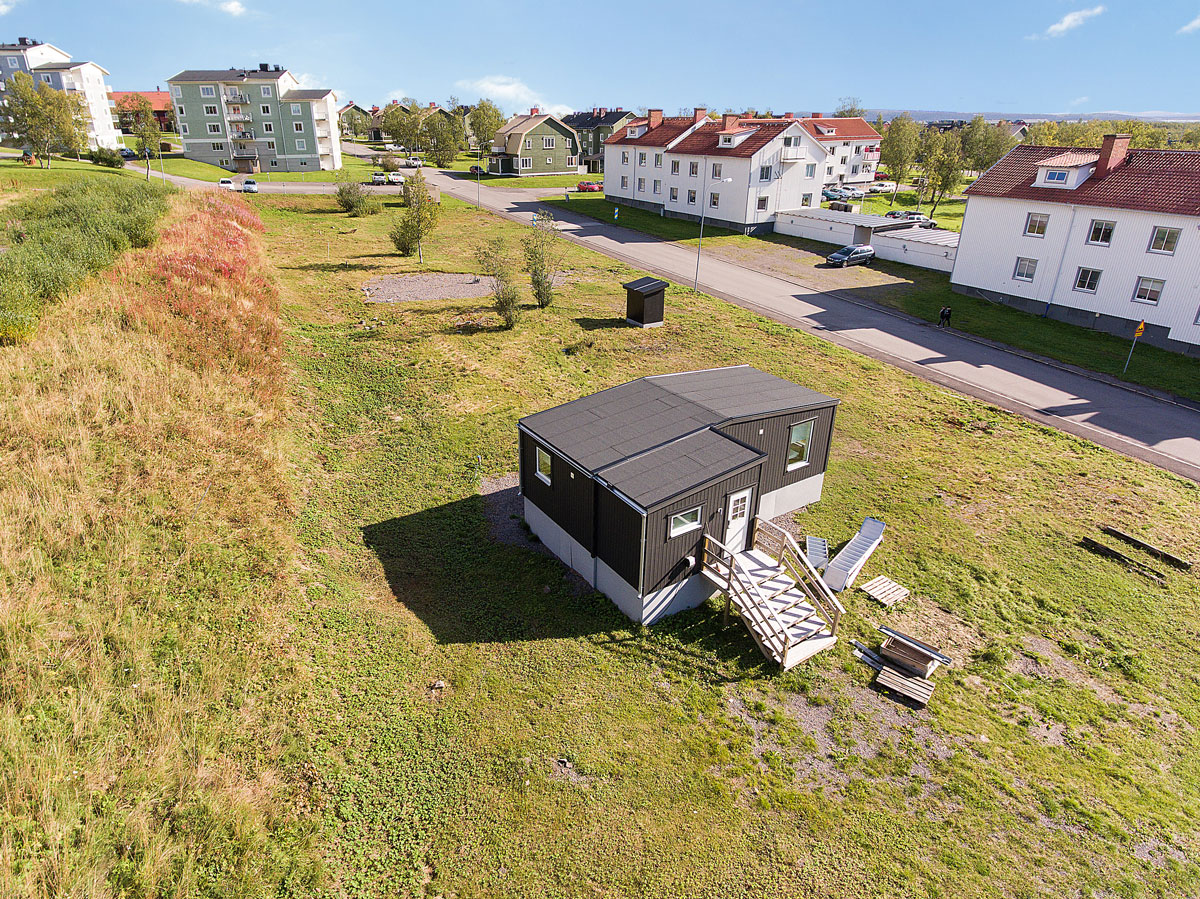 Kiruna C - Här finns Mobila hus för uthyrning centralt i Kiruna. Husen är nyproducerade 2019 på 55kvm stora och har två sovrum, kombinerat kök och vardagsrum, dusch, toalett och bastu och stora fina altaner.Husen kan hyras möblerade eller omöblerade på kort eller lång tid. Kontakta oss för priser för just erat behov!