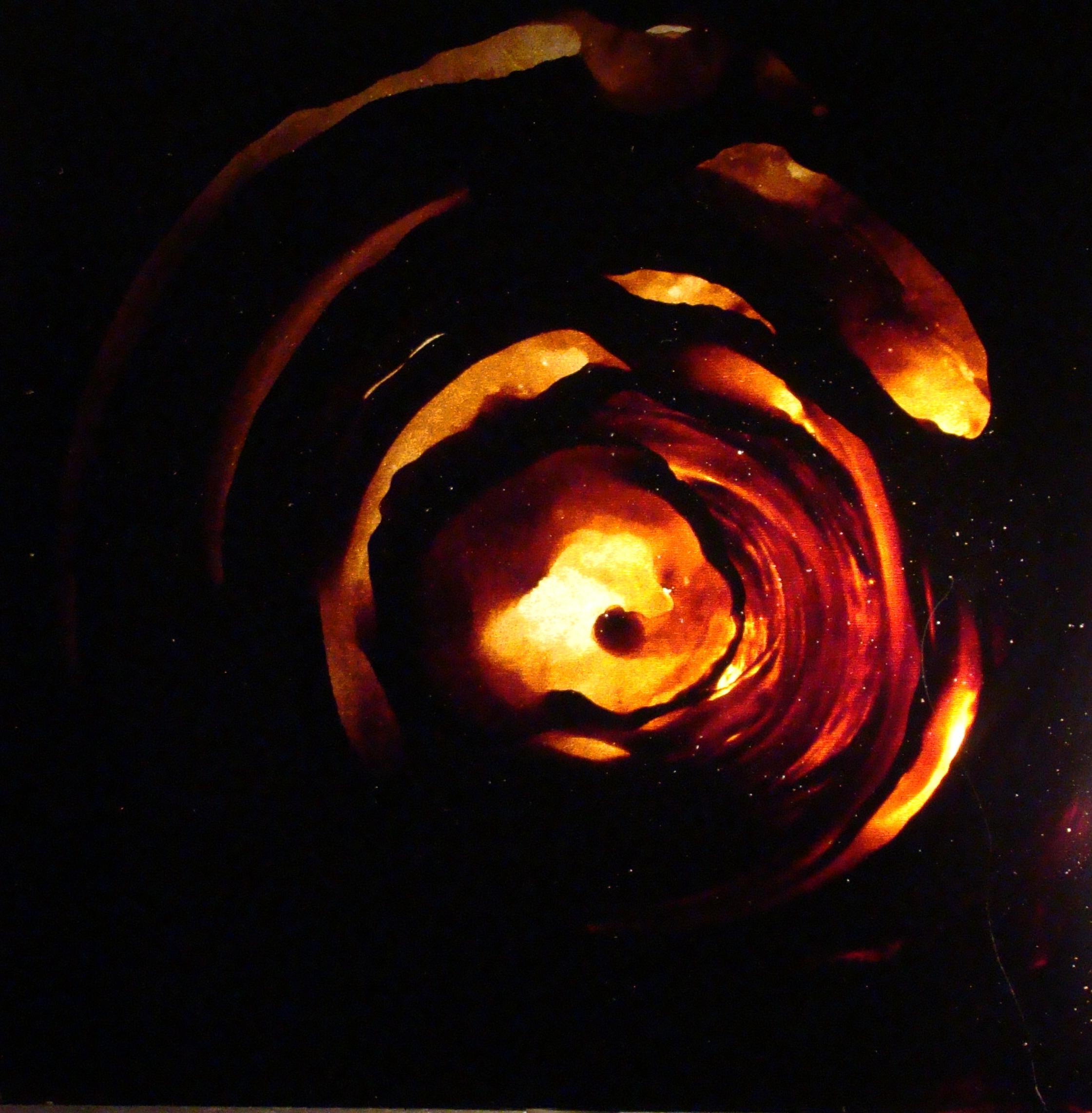 Goudron et Or - L'opposé vu par la Matière, goudron et or,un par reflet de la lumière, l'autre par sa transparence et son opacité.Ces deux matières chargées d'histoire et de proverbes reflètent en eux le TOUT dans leur probable opposition.Le goudron sur acier produit la luminosité par transparence.