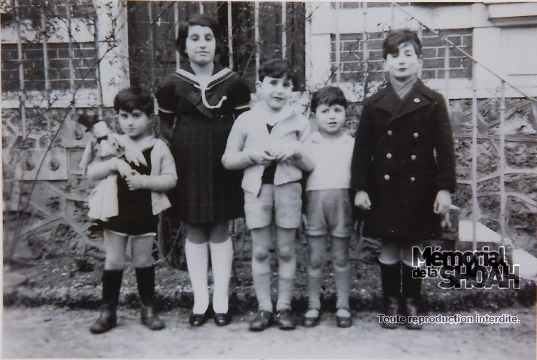 De G à D : Bertrand et Françoise Herz, Robert et Claude Franck, Jean-Claude Herz dans les jardins de la maison familiale, Le Vésinet (Yvelines) 1935