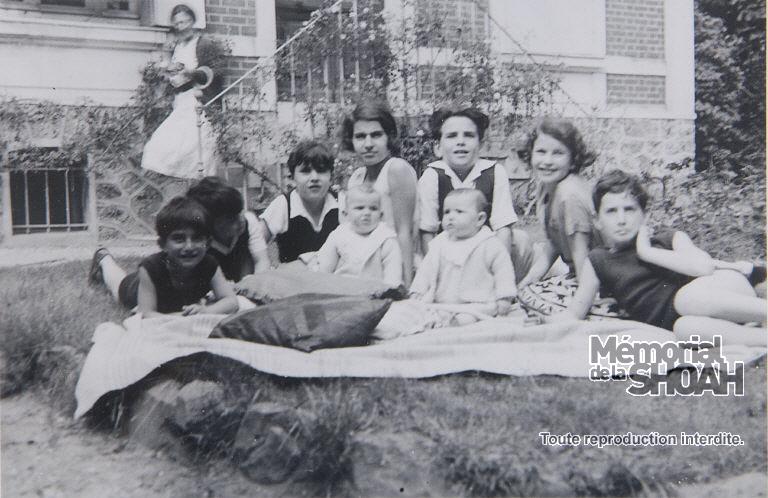 Bertrand Herz, Claude et Robert Franck, Françoise Herz, Gilbert et Nicole Franck, Jean-Claude Herz et les jumelles Lise et Jacqueline bébé. En arrière-plan, Louise Herz. Le Vésinet (Yvelines) 1936