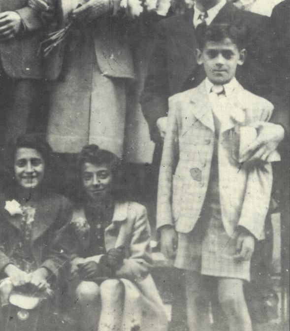 Famille Gayero Benjamin (debout à droite) et Régine (assise au centre)