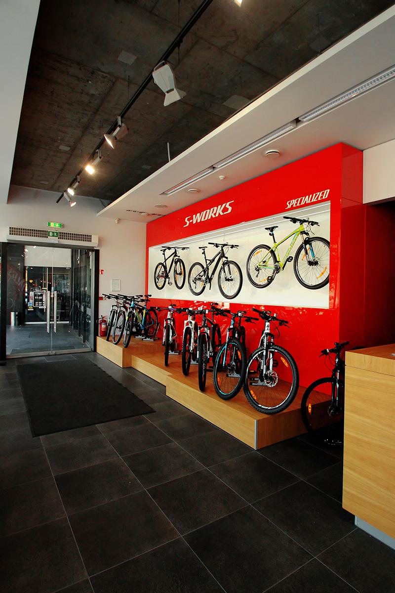 ryškus-koloritas-dviračių-parduotuvės-interjere2.jpg