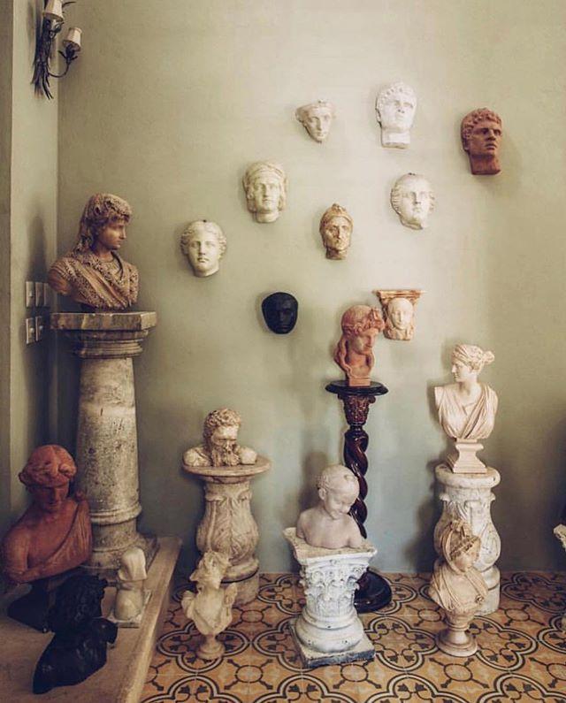 Sculpture display in Mérida, Mexico.  #sculpture #bust #marble #interiors #interiordesign #interiorinspiration #interiorstylists