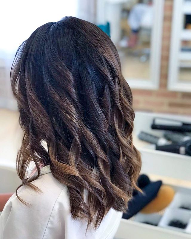 We've got curls of all styles✨If your hair doesn't typically hold a curl well, we often keep the curls a bit tighter so they get bigger and more natural as they fall.💁♀️⠀ ⠀ ⠀ ⠀ ⠀ ⠀ ⠀ #bebar #beyoushinetrue #curls #hairstyle #mybebar #beyoushinetrue #dubaisalon #blowdrydubai #dubaihair #dubaihairsalon #dubaihairstylist