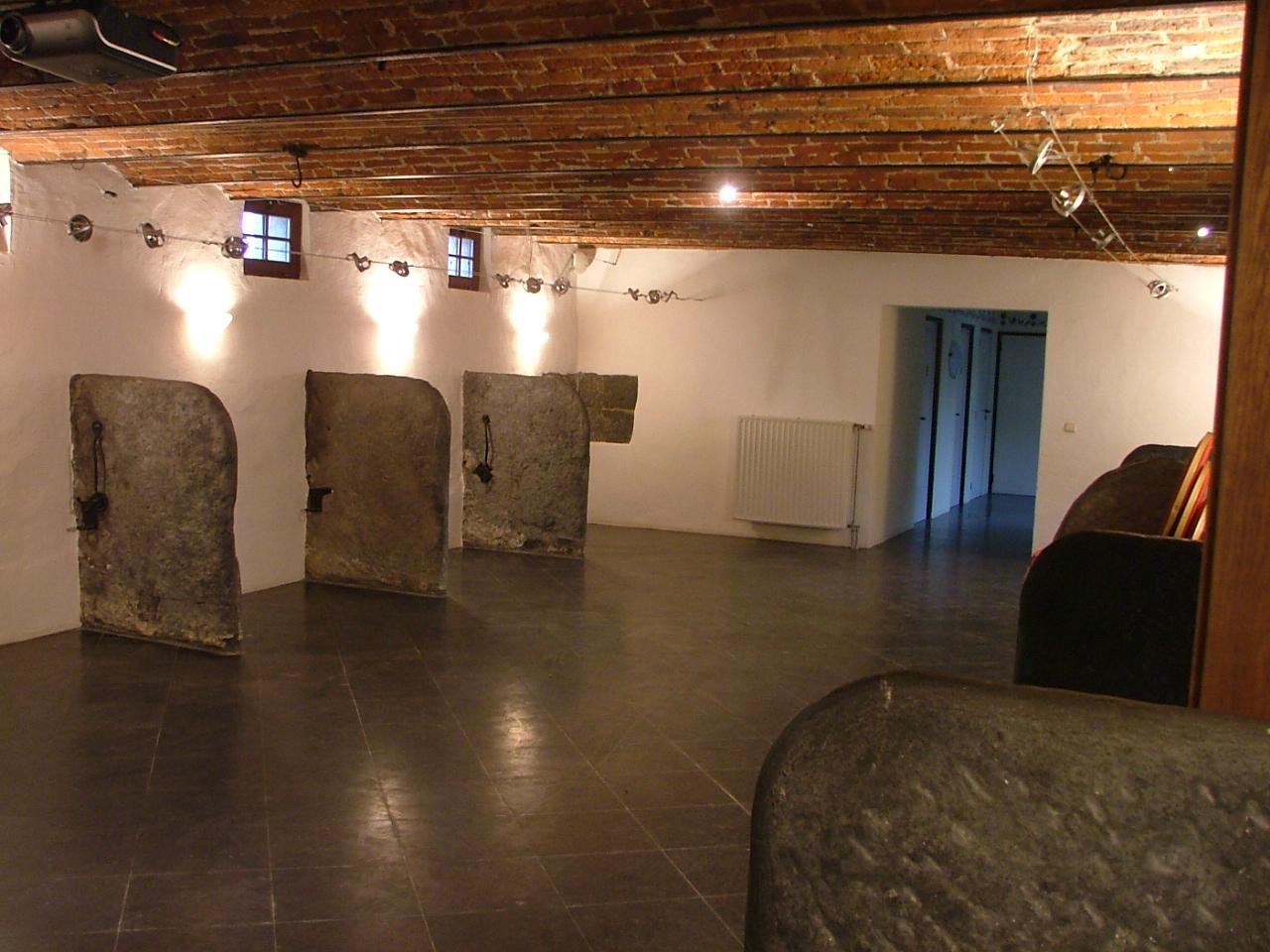 L'étable et l'écurie - Les deux pièces sont attenantes et vous permettent d'accueillir vos convives pour un diner, un séminaire, ou tout autre événement de moins de 100 personnes. Pour chacun des deux salons, compter :Surface : 80 m2Réception : de 10 à 80 personnesDiner assis : de 10 à 50 personnes