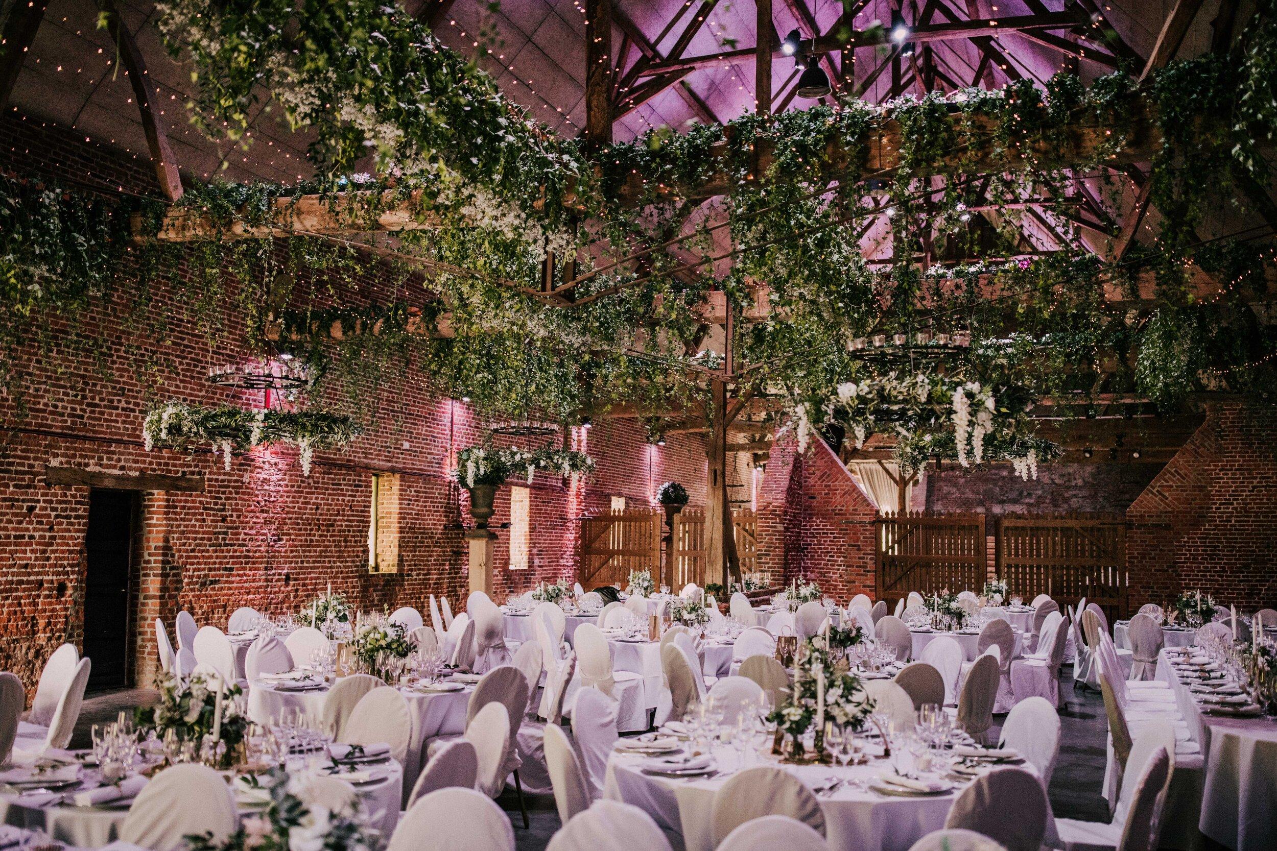 La Grange - Surface : 500 m2Réception : de 50 à 800 personnesDiner assis : de 50 à 500 personnesDiner assis et soirée dansante : de 50 à 350 personnesSoirée dansante : de 50 à 600 personnes