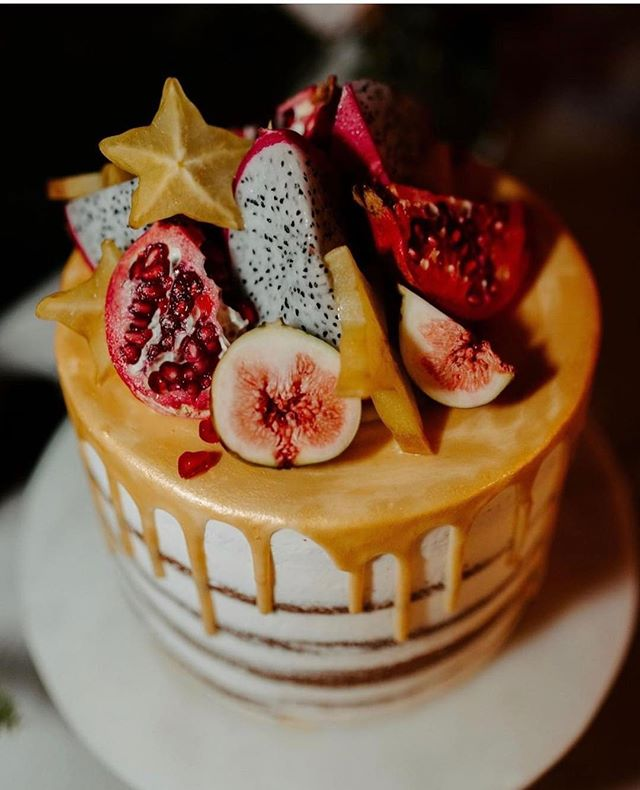Can't look away? That's because something spellbinding grabs your interest and holds it: you're so fascinated with it that it feels almost like magic....Cake magic!!!✨✨✨✨✨✨✨✨✨✨✨#kenuikitchen #carolinescustomcakes #magic #magical #magiccake #spellbinding #pomegranate #gold #starfruit #cakes #girlchefsrule #pastrychef #bakergirl #weddingcake #hawaiianwedding #aloha #yum #omg #figs #dragonfruit