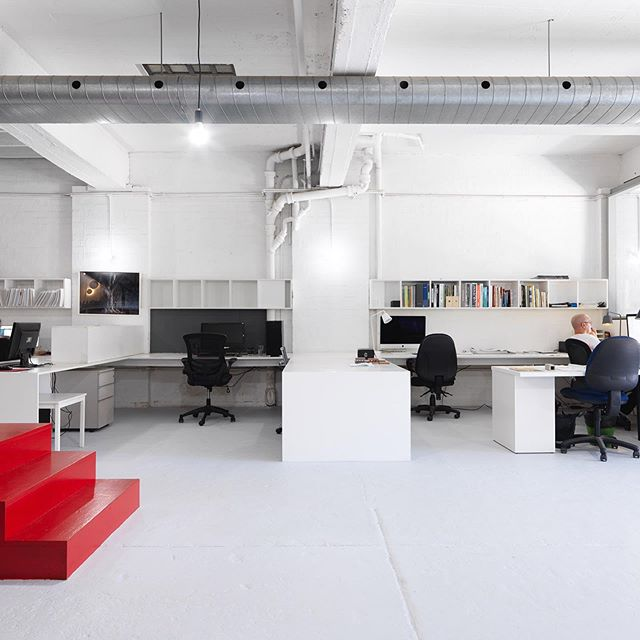 Whether you are a freelancer or single business operator there are many single desk options in the studio. No lock in contract, no bond, no worries. . . #ausststudio #coworking #sharespace #office #tenant #sydney #camperdown #australia
