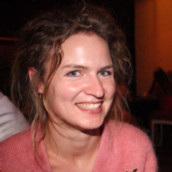 Evelien D'heer  is adviseur externe onderzoeksfinanciering en externe communicatie