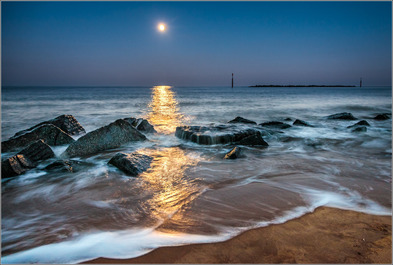 WOLF MOONRISE SEA PALLING - Dennis Hales (Best print in Class Five and winner of the Koblenz Trophy)