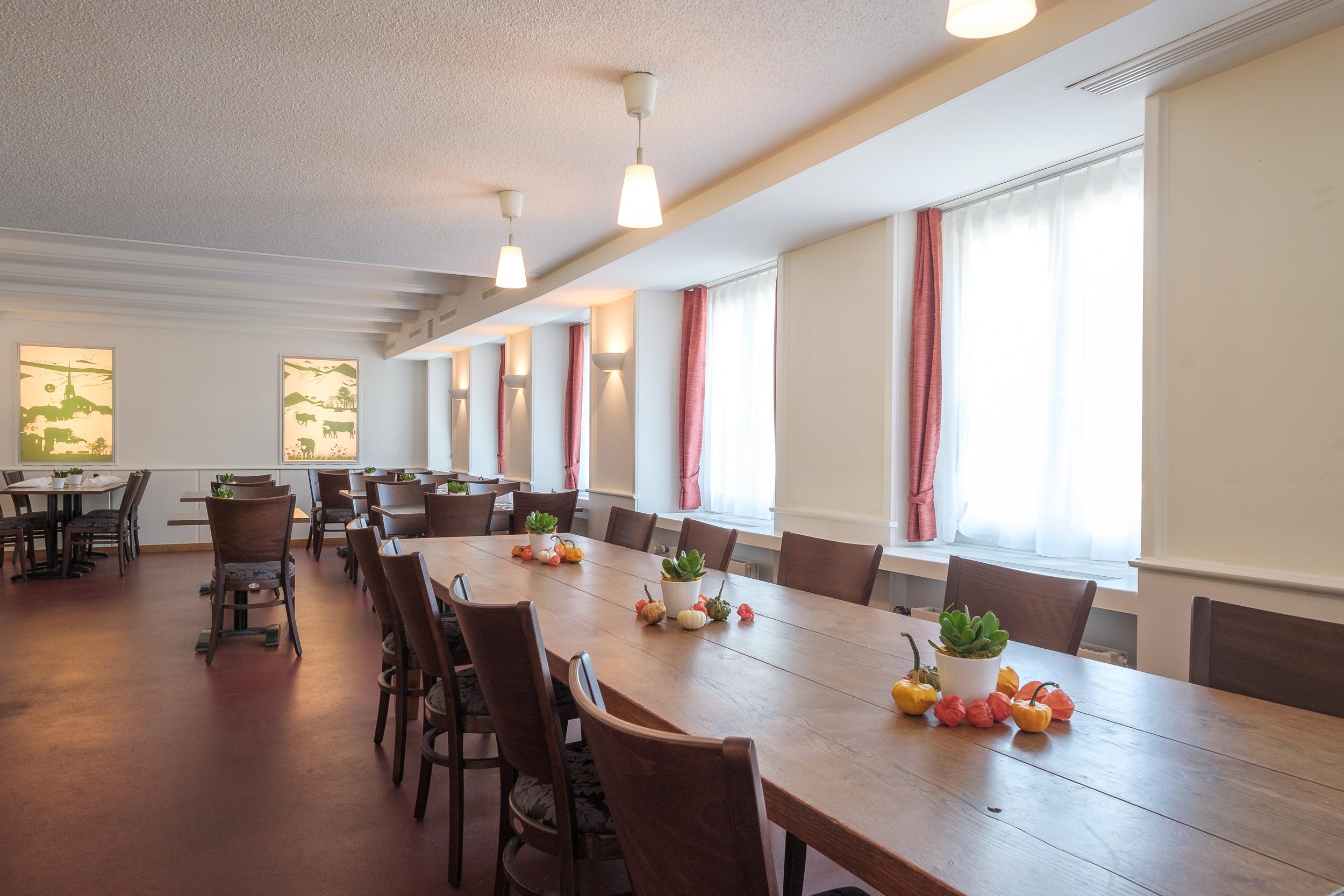 Die gemütlich moderne Gaststube, mit dem Büezertisch …