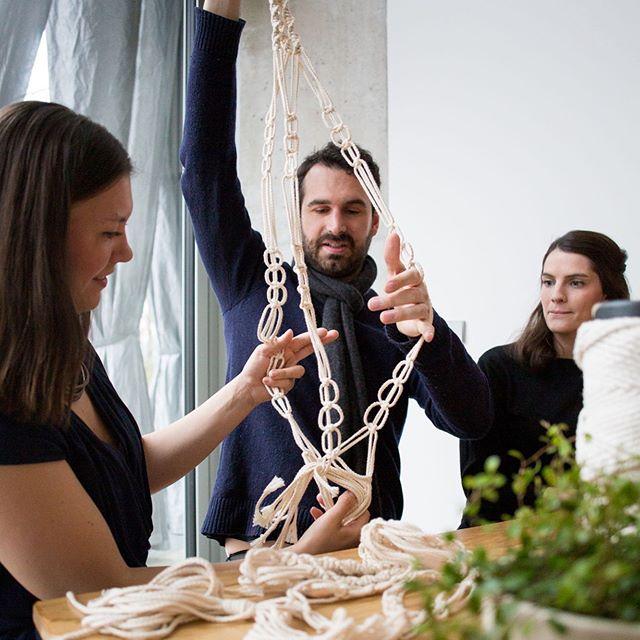 Happy Monday ihr Lieben! Sitzt ihr auch am Schreibtisch bei der Hitze? Wir bieten übrigens auch coole Team-Events an und kommen zu euch ins Office oder wo immer ihr auch Lust habt, gemeinsam kreative zu sein! • • • #creative #office #team #teamevent #incentive #creativity #kreativität #erstdiearbeitdanndasvergnügen #makramee #diy #terrariumdesign #pflanzenmama #pflanzenmuddi #teamwang #arbeitskollegen #selbermachen #seikreativ #solebich #handgemacht #macrame #doityourself