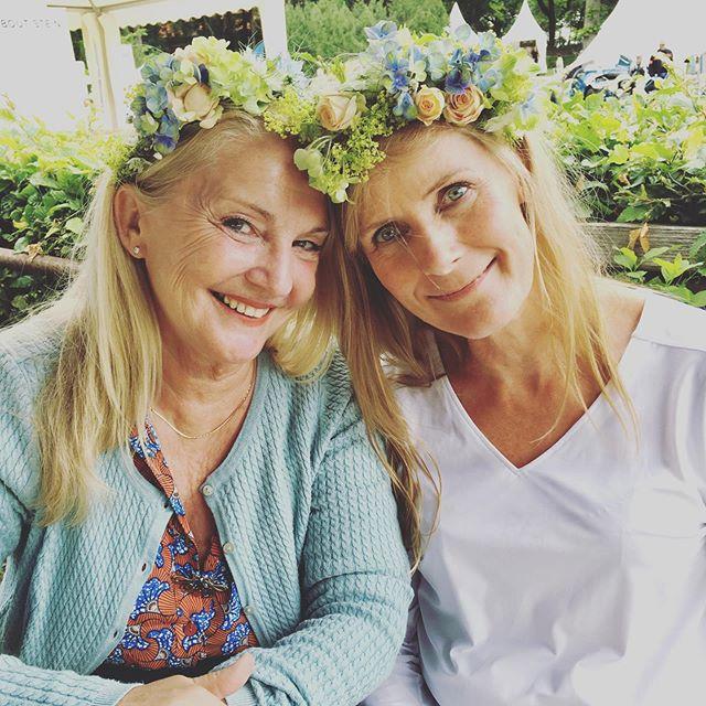 Wenn zwei alte Freundinnen sich nach Jahren wiedersehen und zusammen einen Blumenkranz knüpfen... in diesen Momenten bleibt kurz die Welt stehen. Und wir dürfen miterleben, was so eine kurze kreative Pause alles bedeuten kann. Danke, dass ihr bei uns wart. • • • #friends #freundinnen #bff #auszeit #freundschaft #blumenkranz #homeandgardendasoriginal #pflanzenmuddi #pflanzenmama #diy #flowercrown #kreativepause #plantnight #doityourself #blumenkränze #Berlin #workshop #kreativ #sunday #sonntag #weekend #wochenende