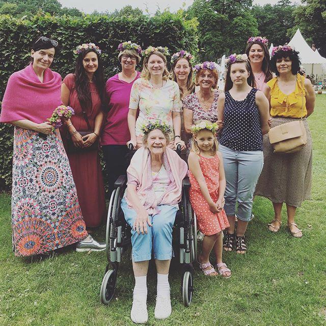 Dieses Bild zeigt definitiv eines unserer Highlights vom Wochenende. Die Dame im Rollstuhl war mit ihrer Tochter zusammen bei unserem Blumenkranz Workshop und man konnte es es ihr im Gesicht ablesen, wie glücklich sie dabei war. Was müssen da für Erinnerungen in ihr hochkommen? Und dann diese verschiedenen Generationen an einem Tisch, mit all ihren Geschichten... #weloveourjob #glückdeslebens #Gemeinschaft