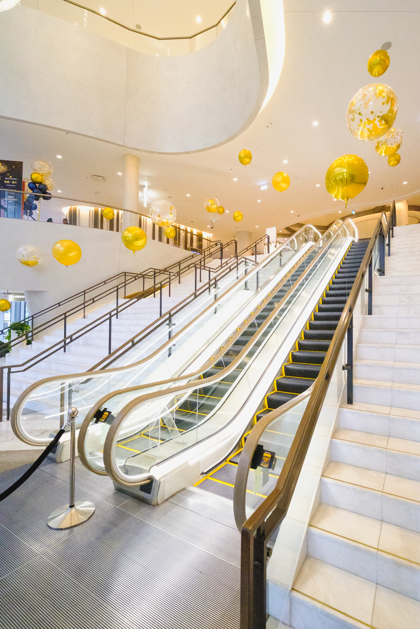 Upon entering Parq, a grand foyer and staircase greets your arrival. Highlighting the strong architectural presence, a subtle but timeless installation was created. Gold foil orbs and confetti filled balloons float effortlessly at staggered heights creating a show stopping vantage perfect for a celebration. -