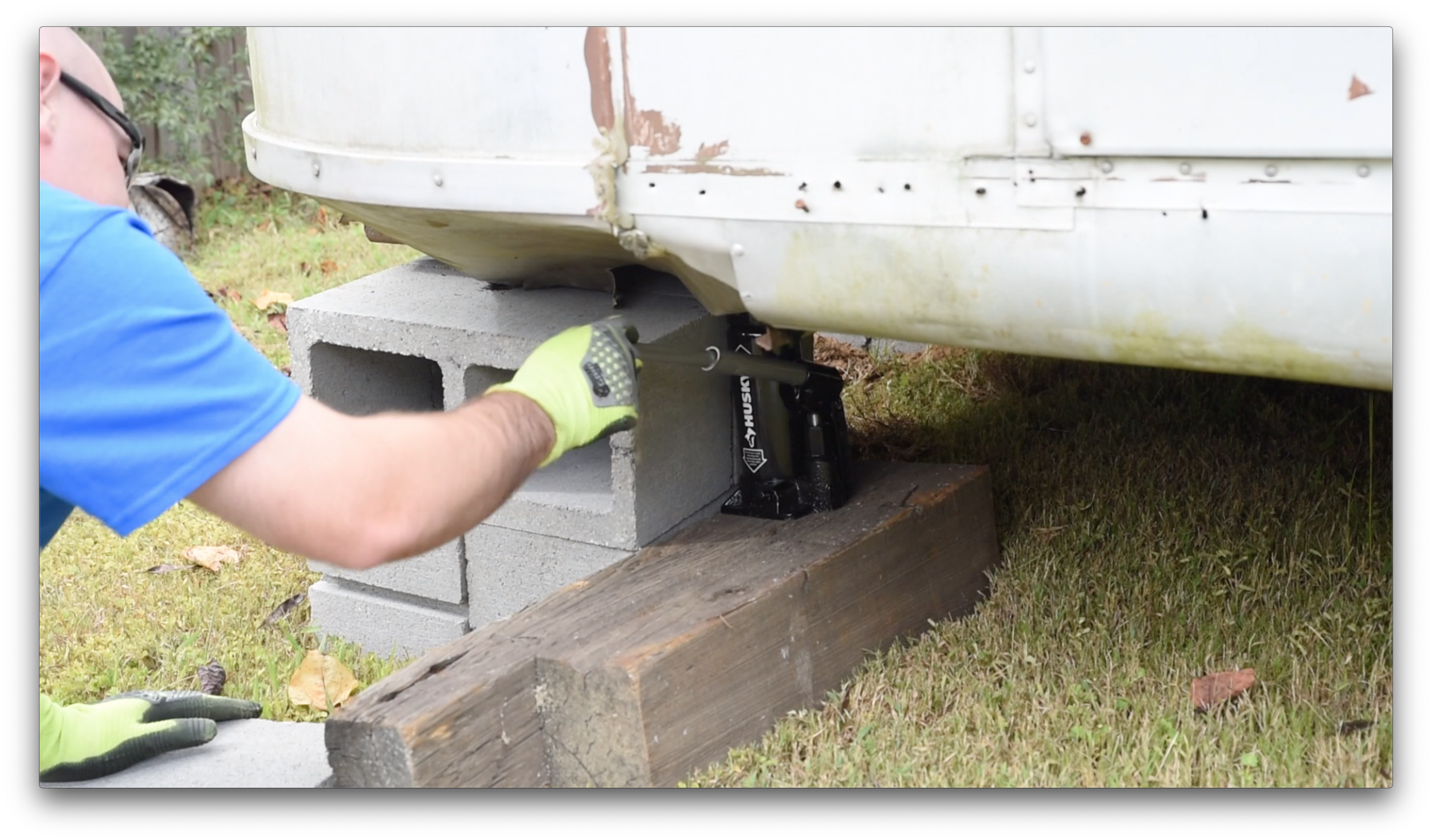 Raising the rear of the Avion Vintage Camper with a Husky 6 ton bottle jack