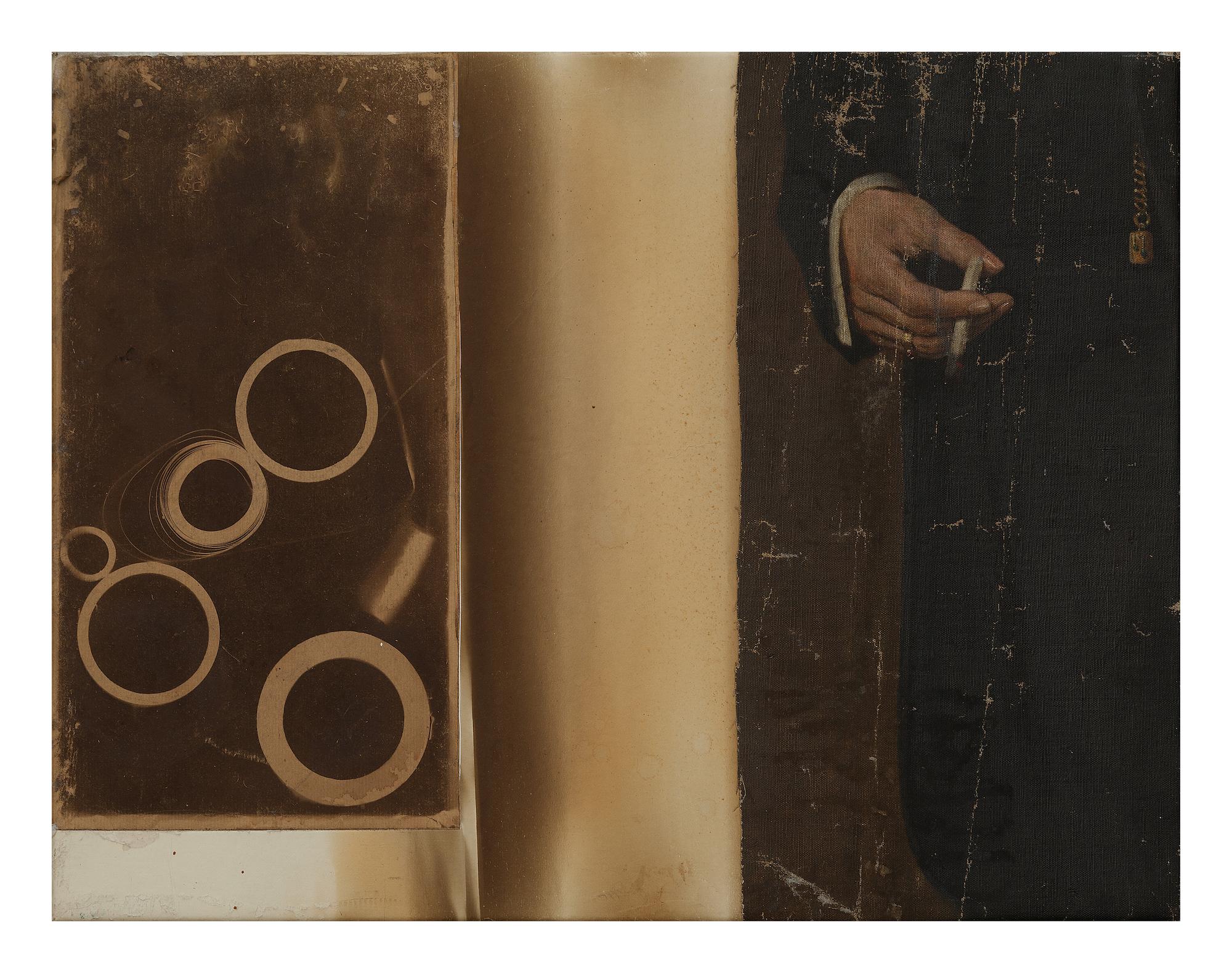 Ohne Titel, 2006 Öl, Ruß, Holz, Metall, Papier auf Leinwand 140 x 180 cm  Die Kai Middendorff Galerie zeigt vom 1. September bis zum 18. Oktober 2019 die erste Einzelausstellung in Deutschland zu Christine Gironcoli (geb. 1941). Bis heute steht ihr eigenständiges Werk im Schatten ihres Mannes, Bruno Gironcoli.  Christine Gironcoli realisiert ihre faszinierende Malerei nicht auf konventionellen Leinwänden, sondern auf z. T. mehr als hundert Jahre alten  Stützleinwänden . Solche Leinwände wurden verso auf Gemälde geklebt, um z.B. ein Einreißen zu verhindern.  Auf Spuren und Verfärbungen, die sich im Laufe der Zeit 'von selbst' auf ihnen abgezeich- net haben, reagiert die Künstlerin mit größter Sensibilität. Mal unmerklich fein, mal mit entschiedenen, pastosen Setzungen oder auch mit dem Applizieren gefundener Objekte. Die Künstlerin widmet sich dem verborgenen Kosmos, den die Rückseiten von Gemälden darstellen, und bringt zum ersten Mal diese nicht sichtbaren, zweiten Leinwände ans Licht und entwickelt auf ihnen ihre wunderbare Malerei.  Christine Gironcoli studierte in den späten 1950er Jahren in Wien Malerei u.a. mit Günter Brus, C.L. Attersee und Bruno Gironcoli, den sie später heiratete. Die Künstlerin lebt und arbeitet in Wien. Sie ist zur Eröffnung anwesend.