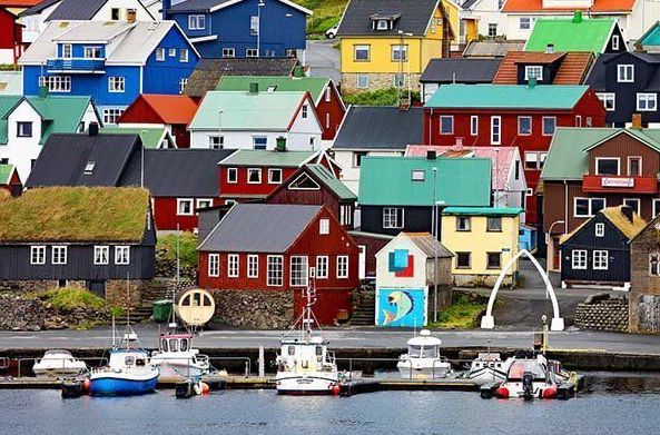 Colorful-Nolsoy-village-on-the-Faroe-Islands.jpg.optimal kopi.jpg