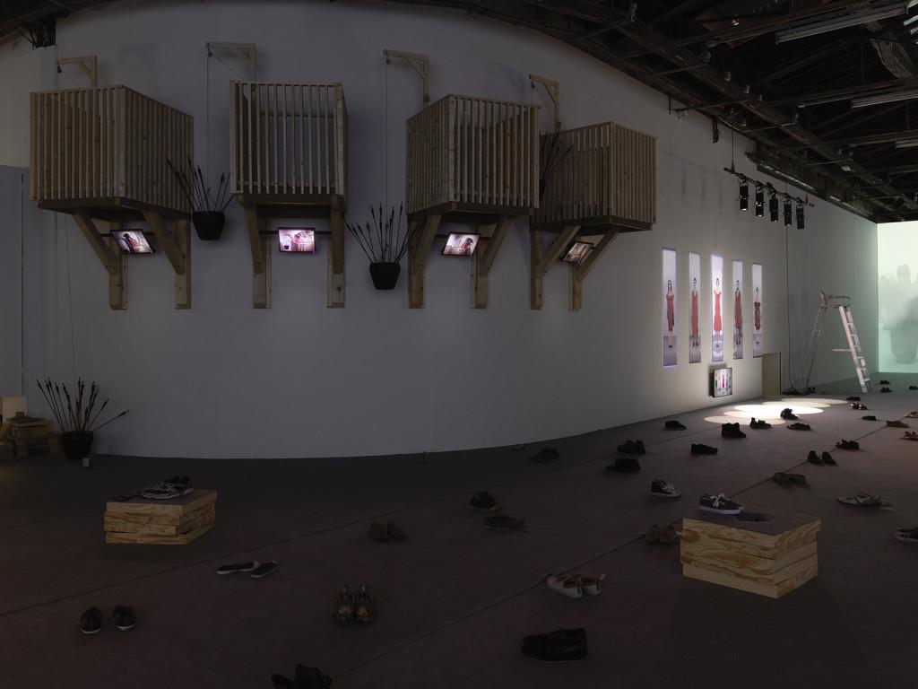 """Vue de l'exposition """"Pan"""" de Taro Izumi, Palais de Tokyo."""