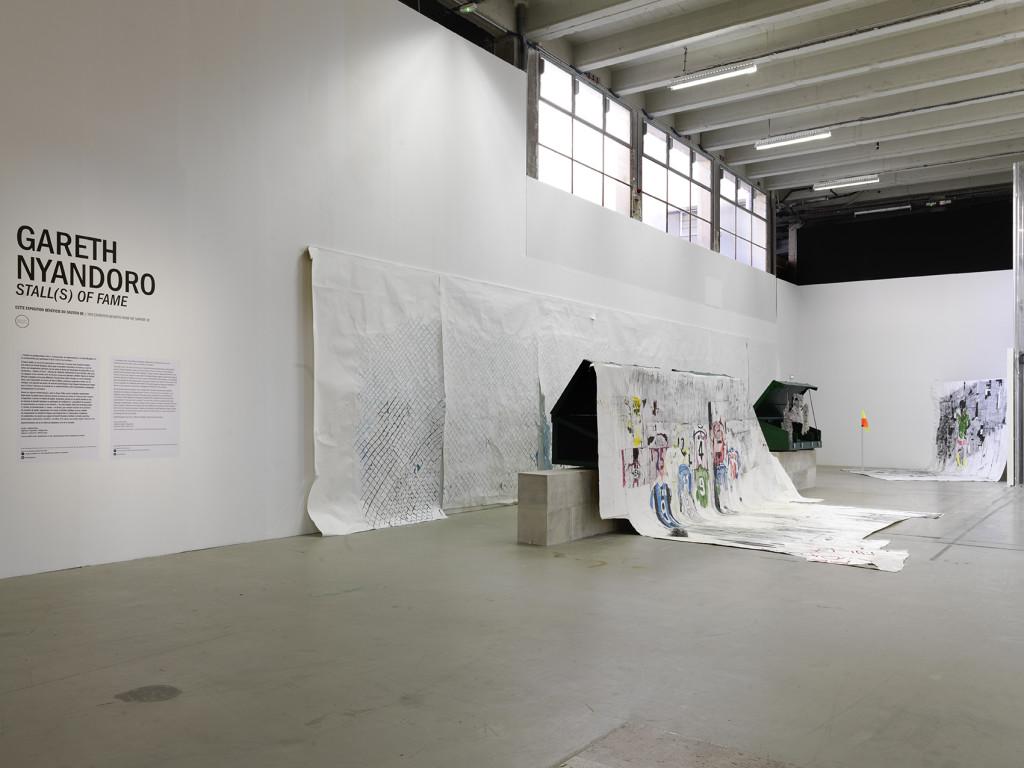 """Vue de l'exposition de Gareth Nyandoro """"Stall(s) of Fame"""", Palais de Tokyo."""