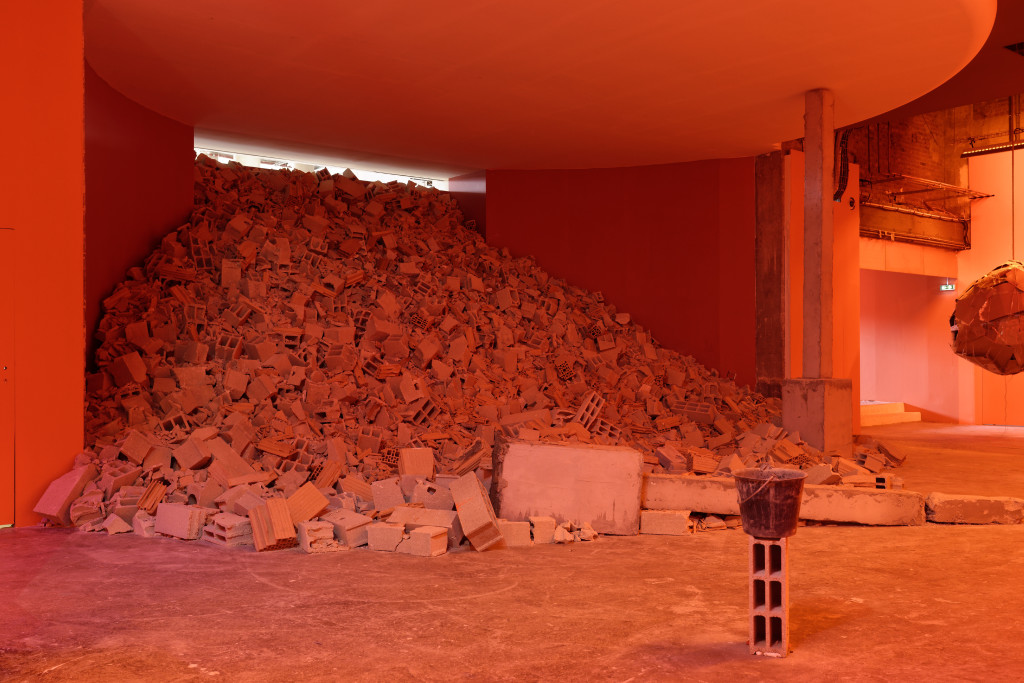 """Vue de l'exposition de Dineo Seshee Bopape """"Untitled (Of Occult Instability)"""", Palais de Tokyo."""