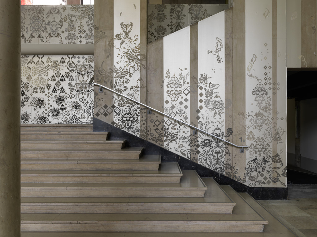 "Vue de l'exposition de Hannah Bertram, ""Phœnix in ruins"". Palais de Tokyo."