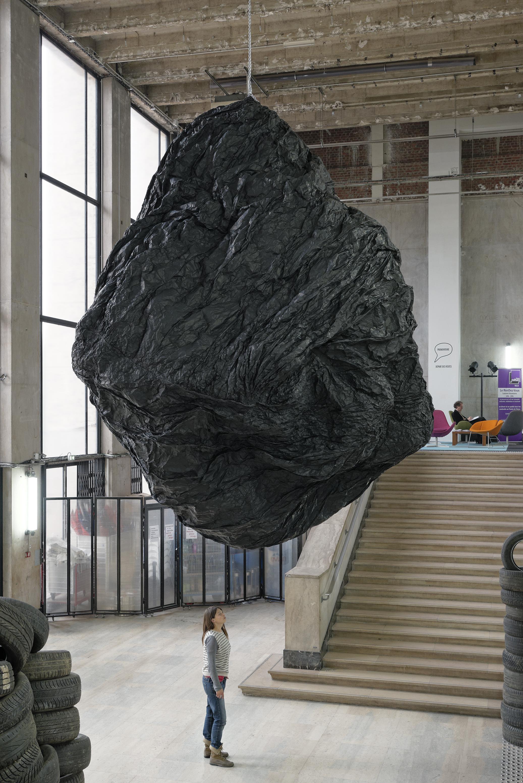 "Vue de l'exposition d'Eduardo Basualdo ""Teoria (La Cabeza de Goliath)"", Palais de Tokyo."