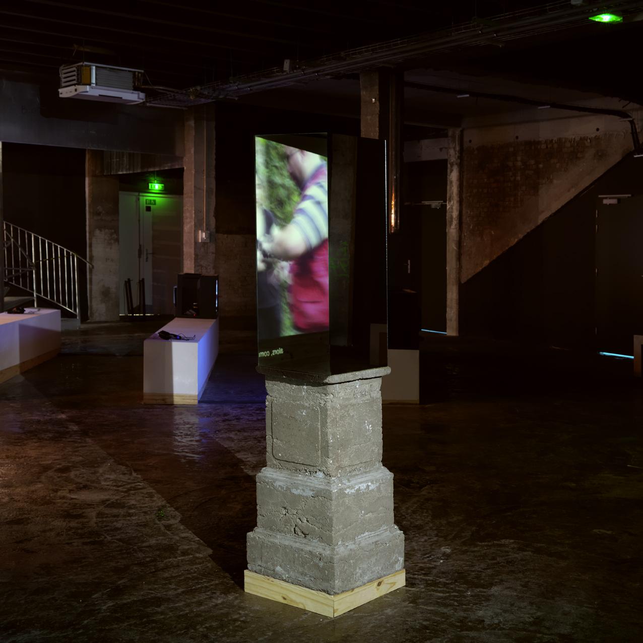 "Vue de l'exposition de Ivan Argote ""La Estrategia"", Palais de Tokyo."