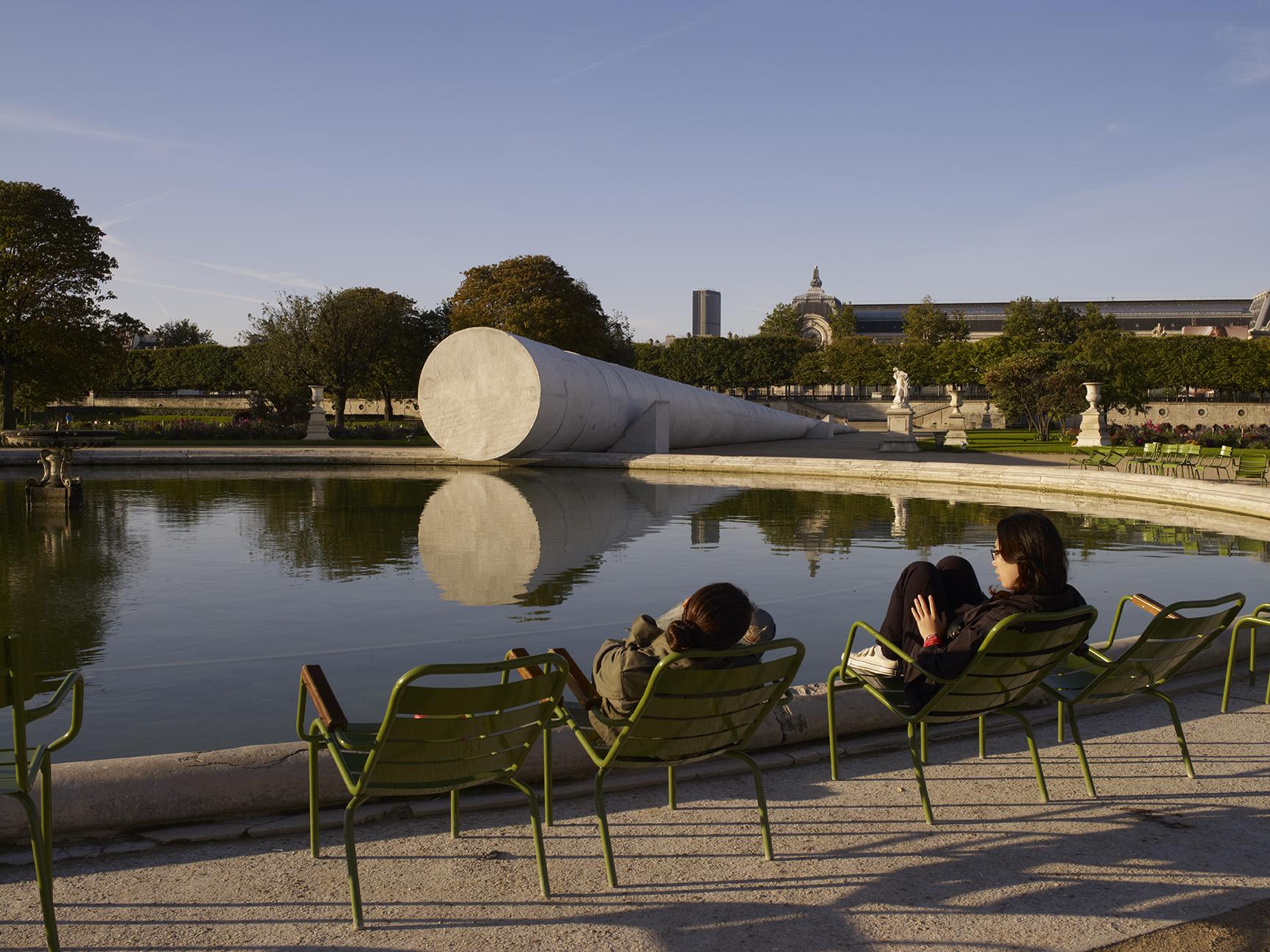 "Vue de l'oeuvre de Adrian Villar Rojas ""Poems for Earthlings"", Jardin des Tuileries, Paris."