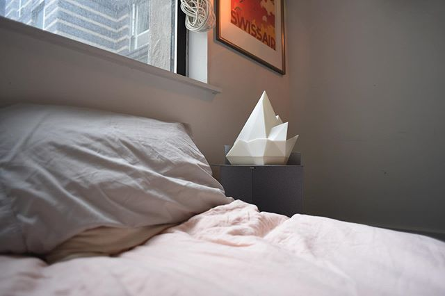 Have you ever tried making your bed while you're still under the covers? Major morning vibes with the #finksidetable and the @gantridesigns #iceberglamp