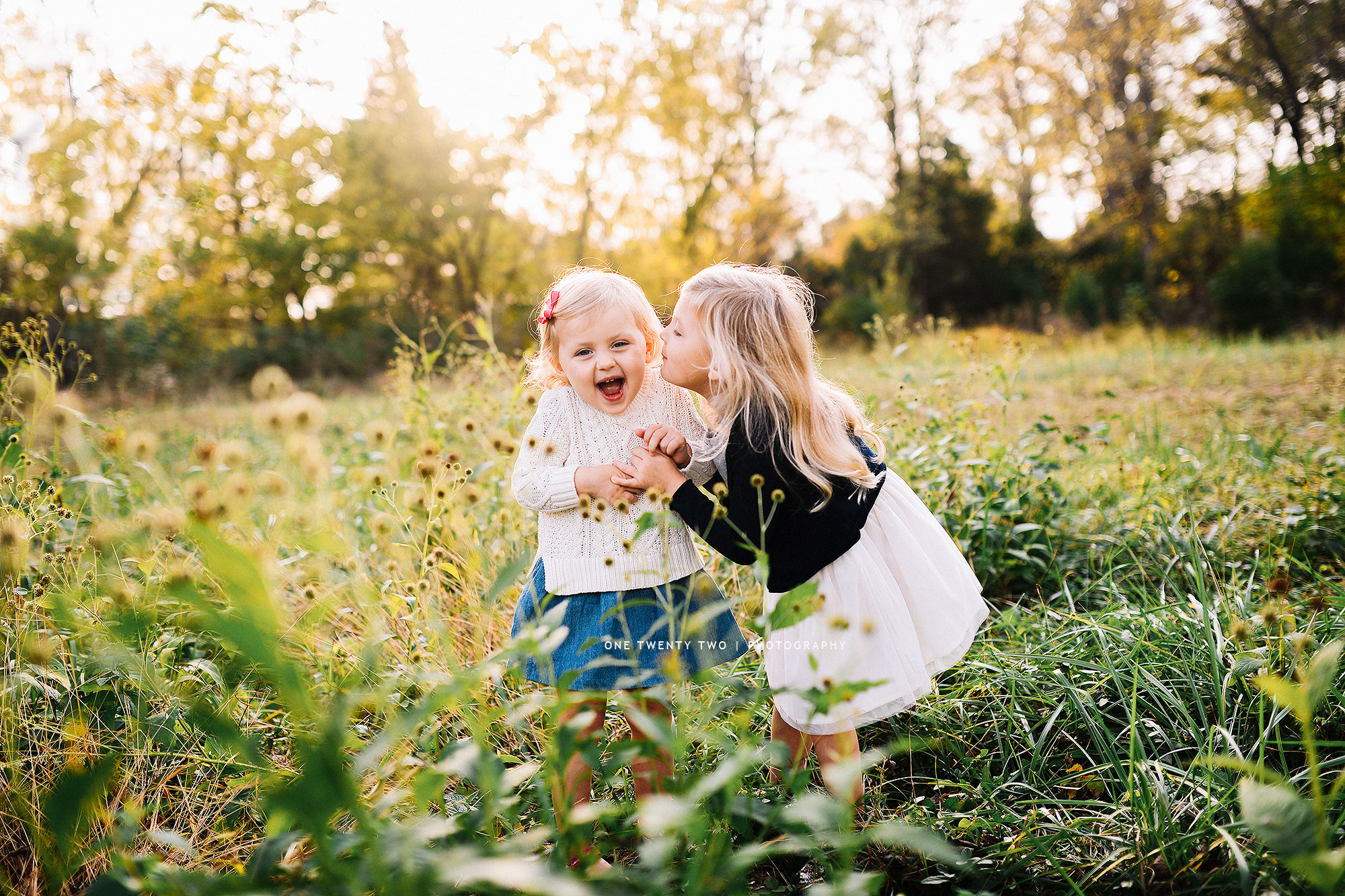 ladue-preschool-sisters-laughing-in-field-best-child-photographer-one-twenty-two.jpg
