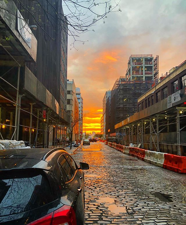 Every Monday night after teaching, I turn to my left and hope to catch the sunset. I always look around to see if people are sharing it with each other too. Then I walk to the water. Tonight's was a gritty beauty.  Let's keep doing everything we can. 🌎✌🏻 . #earthday #citysunset #lessplasticisfantastic #onestepatatime #lookup #grittybeauty