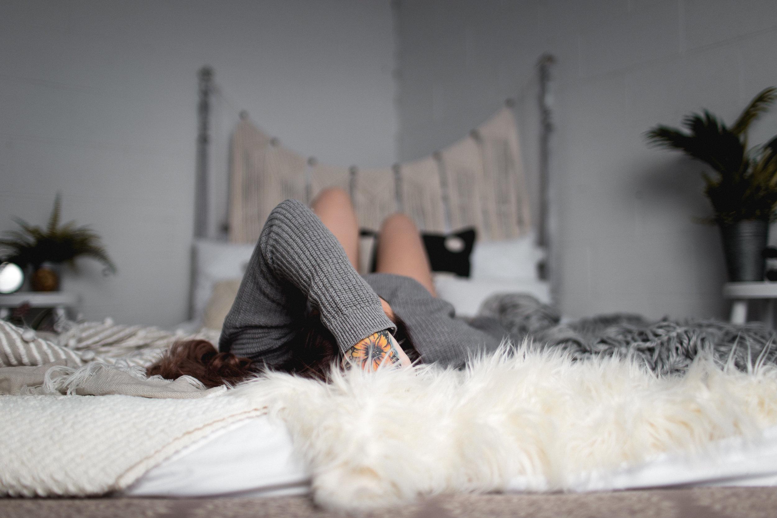 waynesville MISSOURI BOUDOIR PHOTOGRAPHER woman on bed with sweater