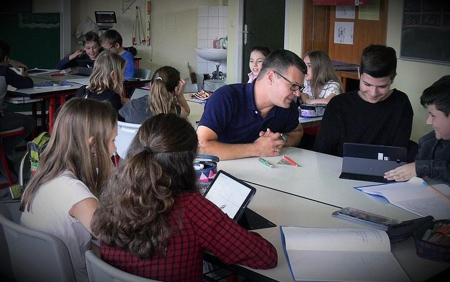 Læringsteknologi kan ikke erstatte lærerstyret undervisning, peger meget forskning på. Til gengæld tyder det på, at de to verdener sammen har en gavnlig effekt. Foto: Aigner Ronja, Kohlmeier Michelle på  Wikimedia Commons .