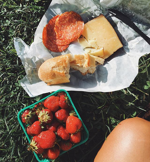 """The summeriest dinner of all. Lately, I've been spending a lot of time at parks and have been eating my meals """"picnic-style"""". Its quickly becoming my favourite part of summer. ♥️"""