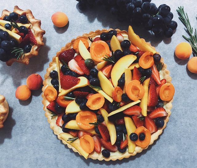 I'm a person who loves grocery shopping. And at times (most of the time), I get carried away and buy too much fruits just because they're so pretty. I get too excited. So obviously, I had to make a fruit tart to keep them from going bad. What choice do I have right? Right! 😋  #foodphotography #foodislove #sharesies #cookingblog #bakingblog #foodie #torontofoodies #food52 #f52grams  #bonappetitmag #torontoblogs #yum #prettyfood #takemeback #foodblogfeed  #breakfast #thatsdarling #igbaking #weekendbaking #piedelivery #treatyoself #shielasgoodgoods #summerfruits #bakingclass #torontobaking #fruittart #nightbaking @thefeedfeed