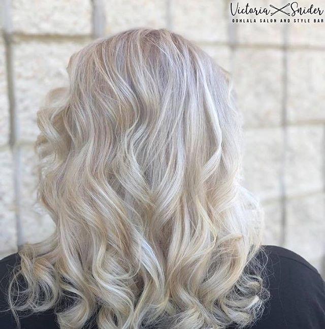 Spring Air~Spring Hair 💛 • • • #oohlalasalonandspa #wherethemagichappens #oohlalasalonandstylebar #balayage #balyagehighlights #blondehighlights #blonde #blondehair #modernsalon #redkenshadeseq