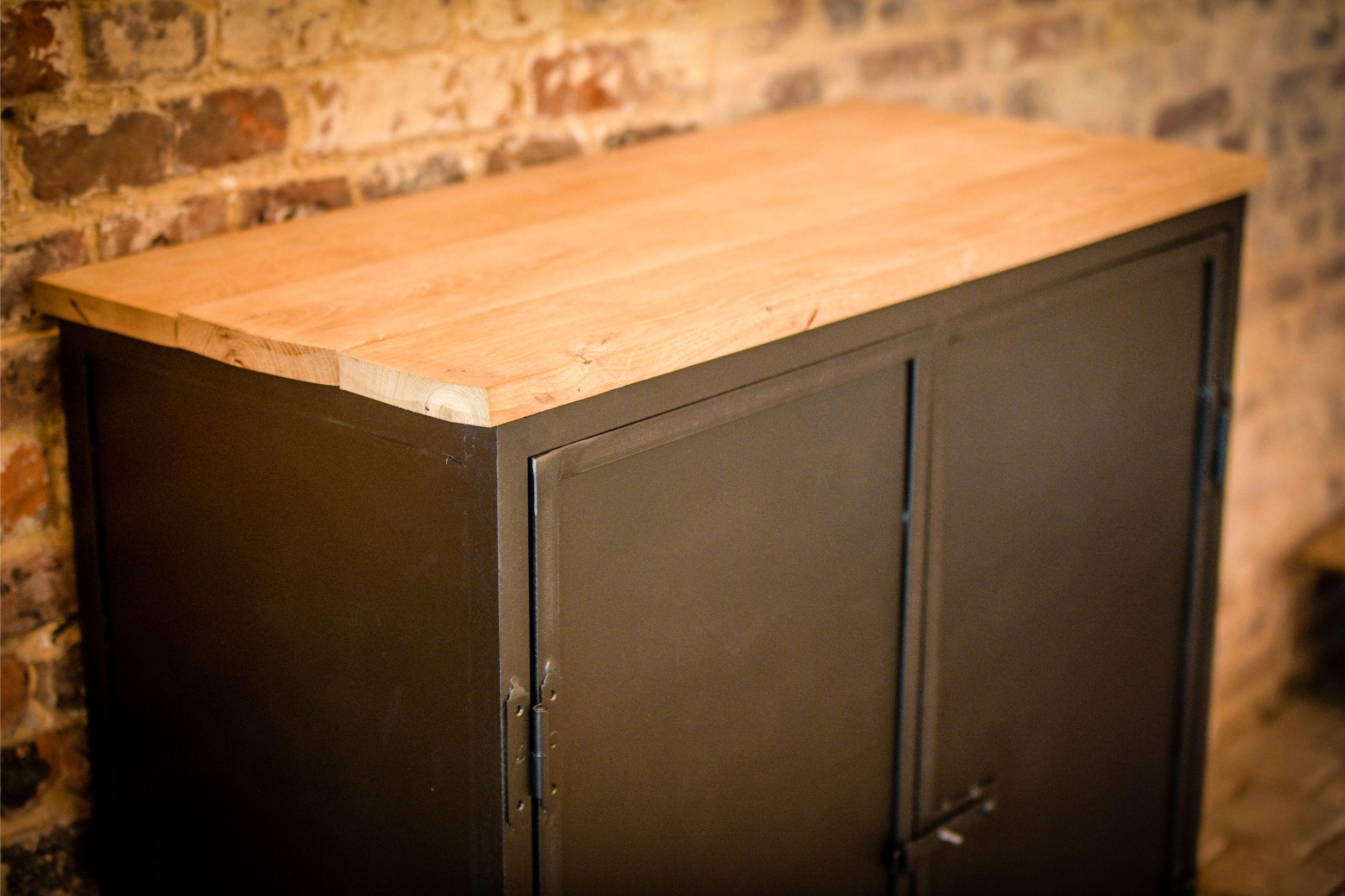 Stalen kastje met planken tablet in eik, deurtjes in staal